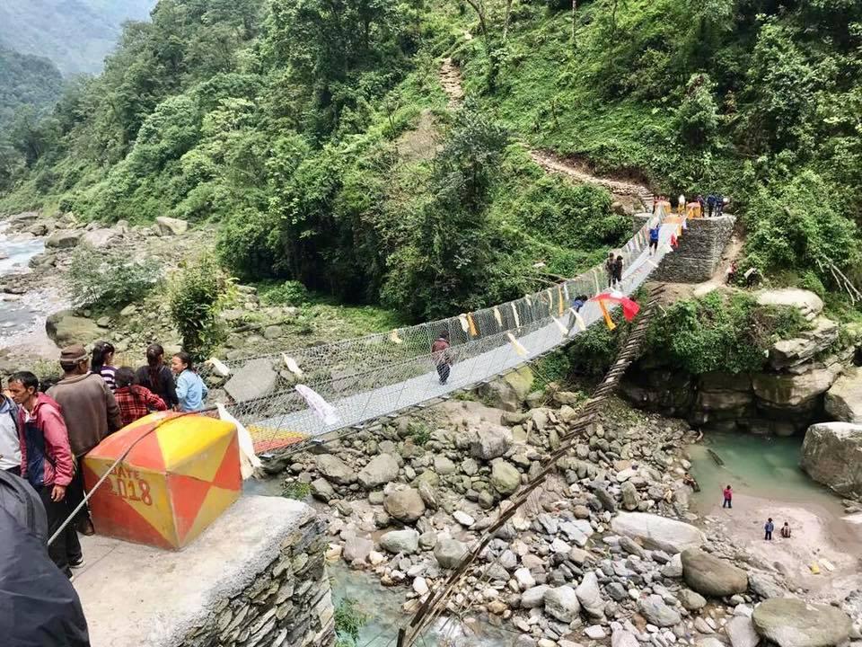 Mani per il Nepal Ponte tibetano Kasuwa Bridge